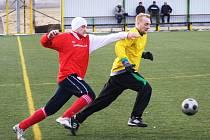 Zkušený stoper Mutěnic Pavel Němčický (ve žlutém) odehrál proti Lanžhotu stejně jako další mazák Milan Válek celé utkání.