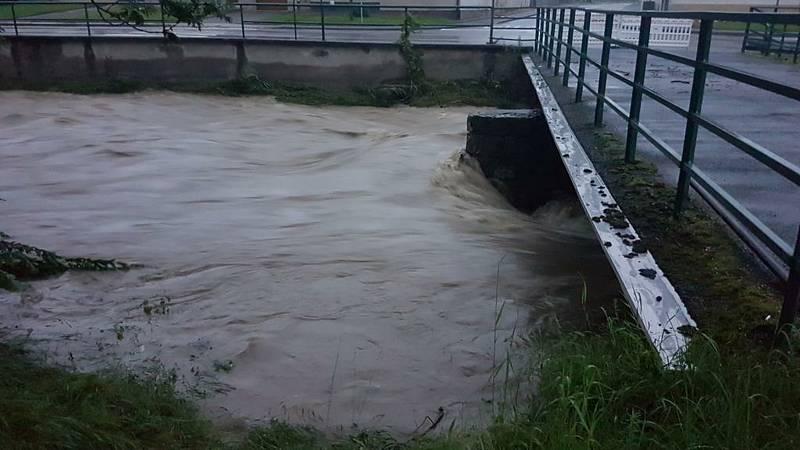 Řeka Velička si v obci Veliká v noci vynutila vyhlášení třetího povodňového stupně. Foto: HZS JMK