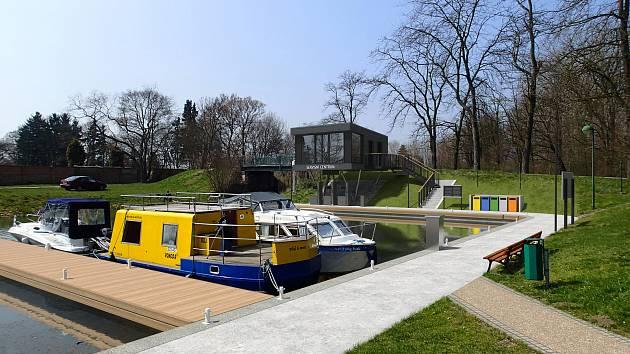 Rozšířený rekreační přístav ve Veselí nad Moravou.