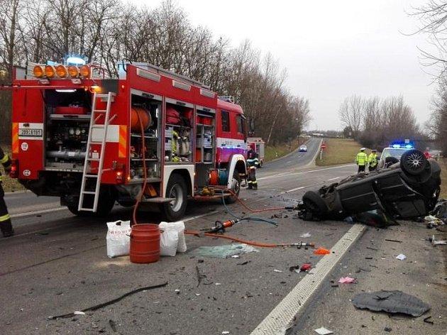 V úterý ráno se na hlavním tahu I/55 u Hodonína stala vážná dopravní nehoda. Po nárazu do kamionu zemřel v osobním autě člověk.