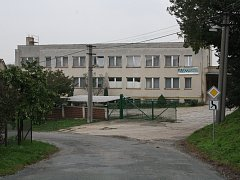 Administrativní budova zemědělského areálu se nachází v obci u silnice směrem na Dražůvky.