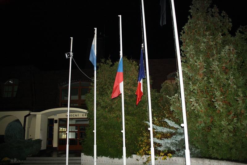 Před obecním domem v Ratíškovicích na Hodonínsku, které mají družbu s francouzským městem Vouziers, byla o víkendu spuštěna česká i francouzská vlajka pouze na půl žerdi.
