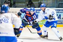 Hodonínský útočník Matěj Charvát (vlevo) se sice na ledě Valašského Meziříčí střelecky neprosadil, přesto nemusel příliš smutnit. Drtiči zvítězili s předposledním týmem druhé ligy přesvědčivě 9:0 a vrátili se zpět na třetí místo.