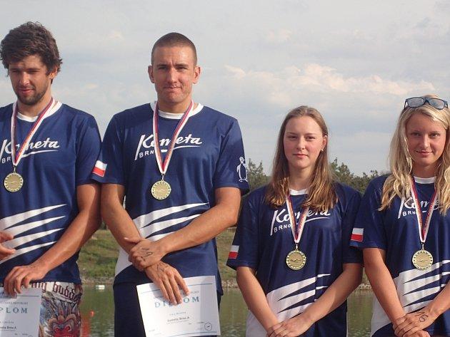 Mladá rohatecká plavkyně Lucie Zubalíková (na snímku druhá zprava) zaznamenala další úspěch v kariéře. Hodonínská odchovankyně v dresu brněnské Komety získala titul mistryně republiky ve smíšených štafetách.