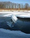 Když voda stoupne, roztrhá ledový krunýř a převrátí kry.