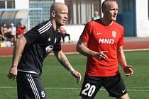Hodonínští fotbalisté zvítězili v Brumově 2:1. Slovenský útočník Pavol Masaryk (v červeném dresu) gól nedal.