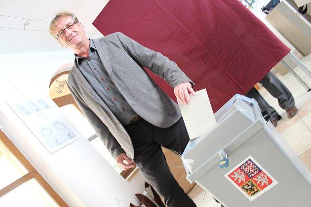 Lídr jihomoravské kandidátky KSČM hlasuje ve sněmovních volbách.