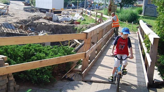 Cyklisté a pěší mohou místo mostu využívat lávku.