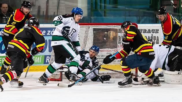 Ve třetím zápase mohli hodonínští hokejisté (v bílých dresech) semifinálovou sérii krajské ligy ukončit, ovšem hosté z Uherského Ostrohu byli proti.
