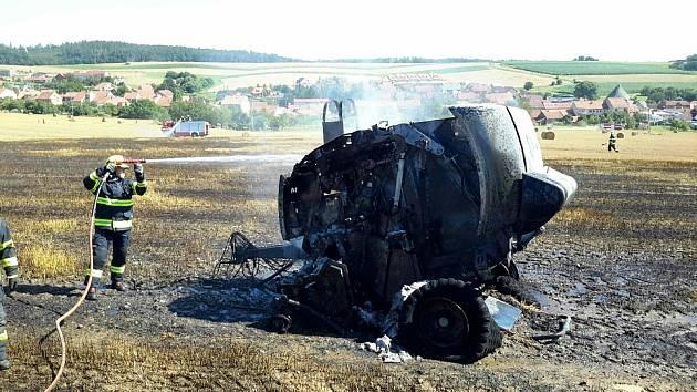Na polích v obcích Těmice a Březina shořely balíkovače slámy.