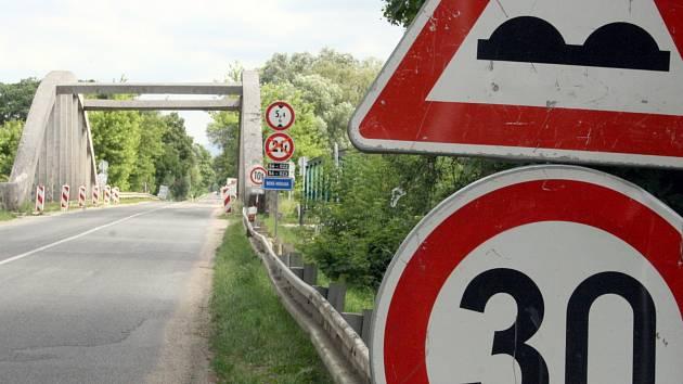 Jeden z mostů přes řeku Moravu na Hodonínsku. Stavbu mezi Veselím nad Moravou a Moravským Pískem dělníci opravovali před pár lety.