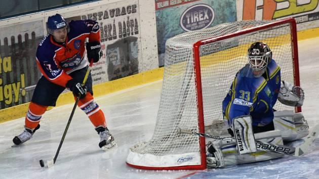 Hodonínšté hokejisté se ve 33. kole druhé ligy utkali se sousední Břeclaví. Další jižanské derby znovu nabídlo spoustu branek, faulů a potyček.