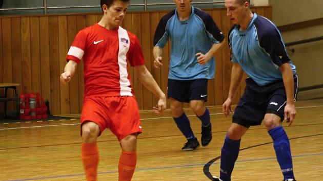 Tango Hodonín ve druhé lize přestřílelo brněnský Nasan 7:5. Nedělní duel 9. kola rozhodl Filip Vanda (na snímku v červeném), který skóroval ve 37. minutě při power play.