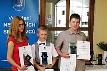Rada Města Kyjov ve čtvrtek ocenila Nejlepší sportovce za rok 2011. V kategorii do patnácti let se z vítěztsví radovali běžkyně Natálie Kolajová, karatista Miroslav Mlčoch (uprostřed) a Jakub Nečesánek.