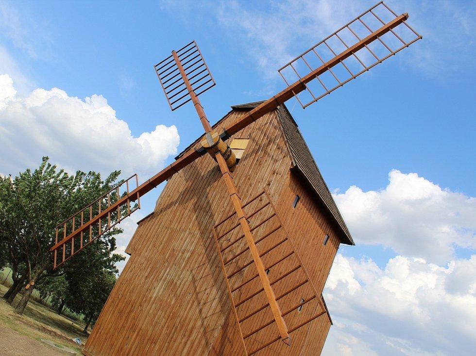 Větrný mlýn nad Starým Poddvorovem. Ilustrační foto.