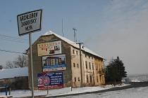 Miniosada patří do katastru tří obcí. Mlýn se sousedním domem je v Archlebově, vedle něj pekárna a tři domky patří Ždánicím. Autobusová zastávka před pekárnou patří Dražůvkám.