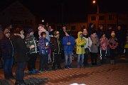 V Žarošicích se na Dolině ke zpěvu sešlo přibližně 150 lidí. Nejdříve si poslechli několik koled v podání žáků 4.A třídy z místní základní školy, dětského folklorního souboru Laštověnka a Mužského sboru Žarošané.
