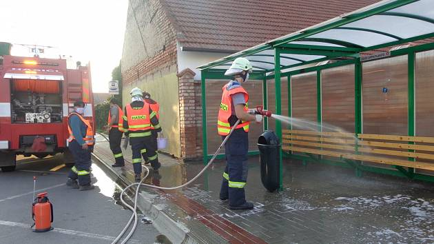 Blatničtí hasiči dezinfikovali zastávky i kontejnery