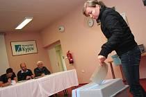 """Šanci vybírat složení poslanecké sněmovny dostali také pacienti v nemocnici v Kyjově. """"Za těmi, kteří nemohli přijít, jsme se vydali s mobilní urnou,"""" uvedl předseda volební komise Zdeněk Frolec."""