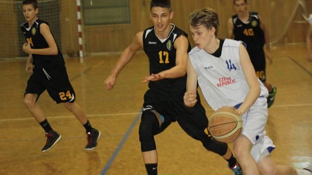 Mladí basketbalisté České republiky do patnácti let zdolali v rámci čtyřdenního soustředění, které se od neděle do středy uskutečnilo v Hodoníně, kadety bratislavského Interu 79:77.