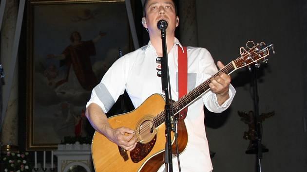 Petr Bende na koncertě v hodonínském kostele.
