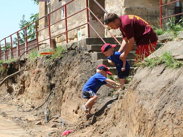 Bagr umlkl, tak děti skoračí na stavbě