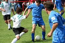 Fotbalisté Strážovic (v modrém) oslavili 70. výročí turnajem i zábavou.