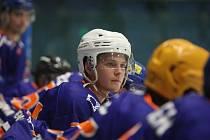 Hodonínští hokejisté (modrooranžové dresy) prohráli i na ledě Kopřivnice.