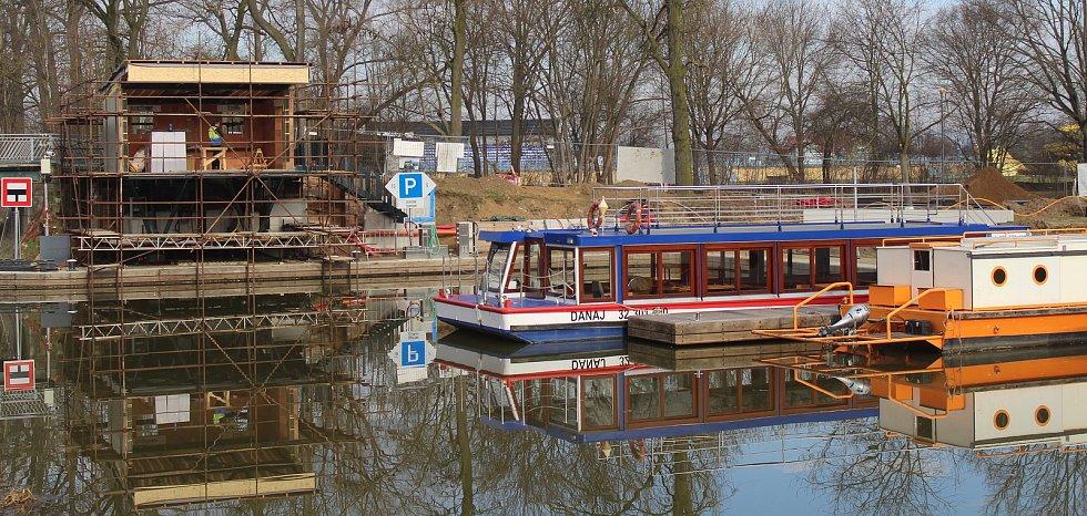 Areál přístavu ve Veselí nad Moravou koncem března 2021.