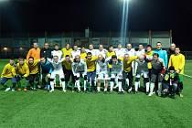 Fotbalisté Mutěnic (ve žlutém) se po pátečním přátelském zápase vyfotili s bývalými ligovými hráči Synotu.