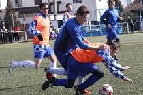 Fotbalisté Lovčic (v modrém) si připsali na zimním turnaji v Kyjově další vysokou výhru.