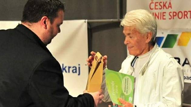 Cenu známému trenérovi stolního tenisu Vladimíru Brhelovi (vpravo) předal i hodonínský místostarosta Ján Lahvička.