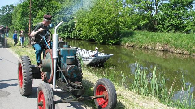 Na Baťův kanál se vrátily traktory konstruktéra Svobody. Projely Veselím nad Moravou. Obdivovaly je stovky návštěvníků výstavy.