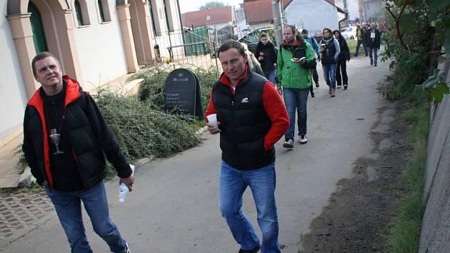 Už po čtyřicáté se pochodovalo za burčákem z Milotic do Mutěnic.