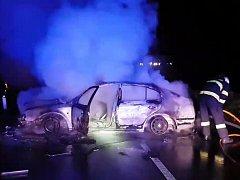 Silnice mezi Čejčem a Čejkovice musela být brzy ráno uzavřena. Na místě totiž došlo k dopravní nehodě, kdy jedno z aut začalo hořet.