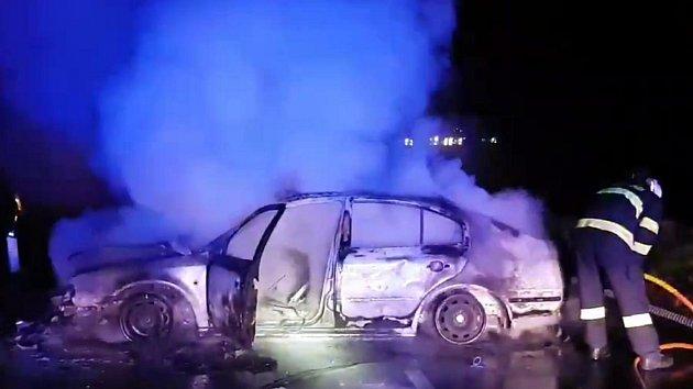 Hořící auto uzavřelo silnici mezi Čejčem a Čejkovicemi. Tři cestující se zranili