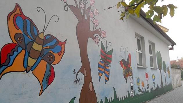 Projekt Barevné Veselí počítá se zatraktivněním dvou míst. Tím prvním, které se již dočkalo změny, je stěna tělocvičny bývalé školy v Zarazicích. Pomalovali ji žáci Církevní základní školy.
