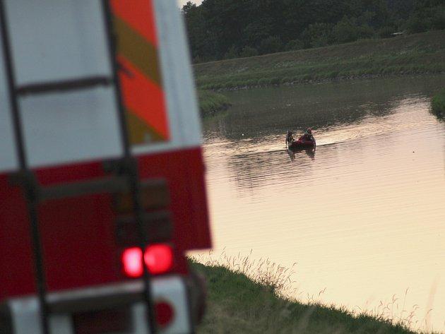 Pátrací akce na řece Moravě ve Vnorovech. Jeden muž se utopil, druhého hledali policisté ve spolupráci s hasiči. Zapojil se také vrtulník s termovizí.