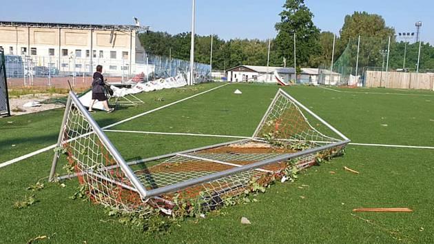 Fotbalový stadion v Hodoníně přišel o umělé osvětlení i střechu tribuny.