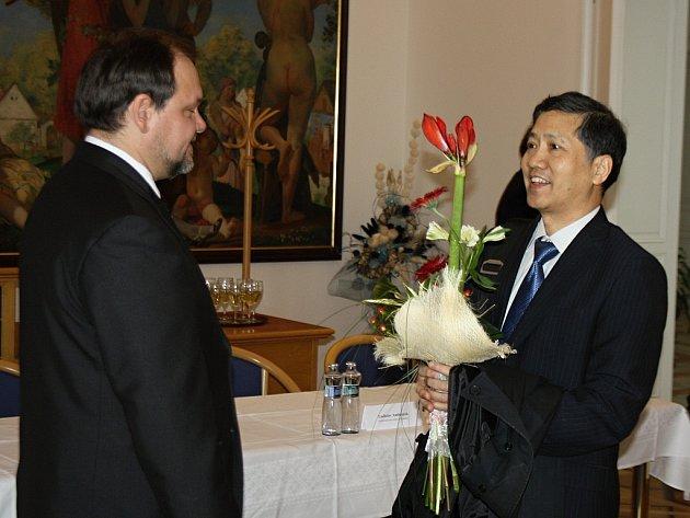 Čínský kulturní rada Yu Guodi dostal v Hodoníně květinu, víno i koláček.