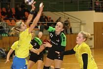 Házenkářky Hodonína (v černých dresech) se s interligovými týmy utkaly už v minulé sezoně, kdy v poháru porazily Olomouc a podlehly Zlínu.