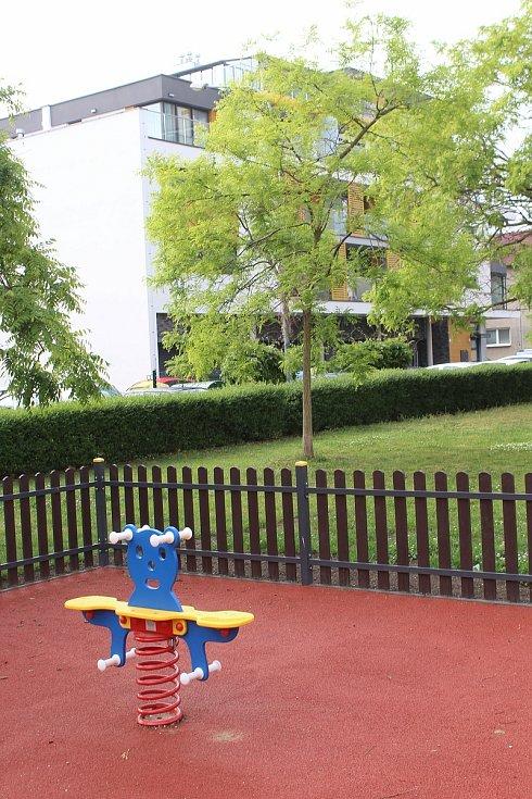 Dětské venkovní minihřiště ve Výstavní ulici v Hodoníně.