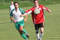 Záložník Moravan Matěj Tychtl (vpravo) pomohl týmu z Kyjovska k postupu do druhého kola Okresního poháru.