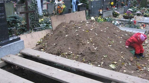 Zaházený hrob na hodonínském hřbitově