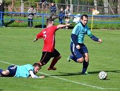 Fotbalisté Hroznové Lhoty (v modrých dresech) zakončili parádní jaro domácí výhrou nad Křepicemi 3:0.
