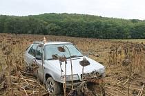Mladý řidič zaparkoval auto v poli a šel domů.