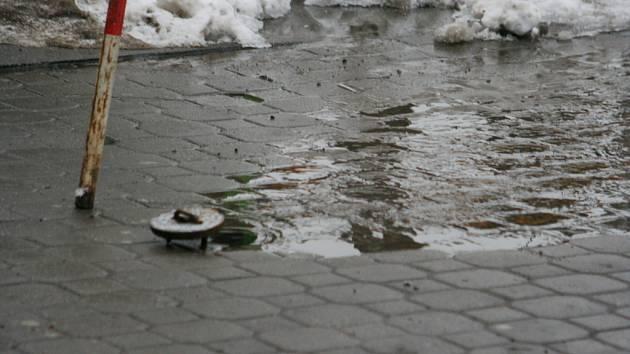 Prasklé vodovodní potrubí na hodonínské Národní třídě