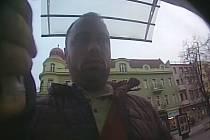 Fotografie muže, který zkoušel trik s falešným krytem výdejního prostoru bankomatu v Hodoníne. Poznáte ho a pomůžete policii v pátrání?