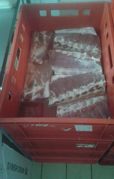"""Neoznačené škvarky, maso naložené vláku, sádlo či vepřová střeva na špejli. Itakové """"dobroty"""" pocházely znelegální výrobny masa, kterou vuplynulých dnech odhalili inspektoři Státní veterinární inspekce při kontrole řeznictví na Hodonínsku."""