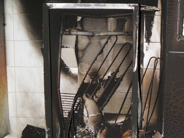 Hasiči pomocí ventilátorů větrali kouř z více než dvaceti místností.